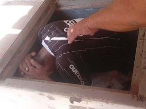 Suspeitos fugiam da PM e se esconderam em um freezer, no Piauí (Foto: Divulgação/Polícia Militar)