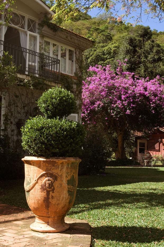 Os vasos de Anduze completam o ar provençal e cheio de história do lar (Foto: Divulgação)