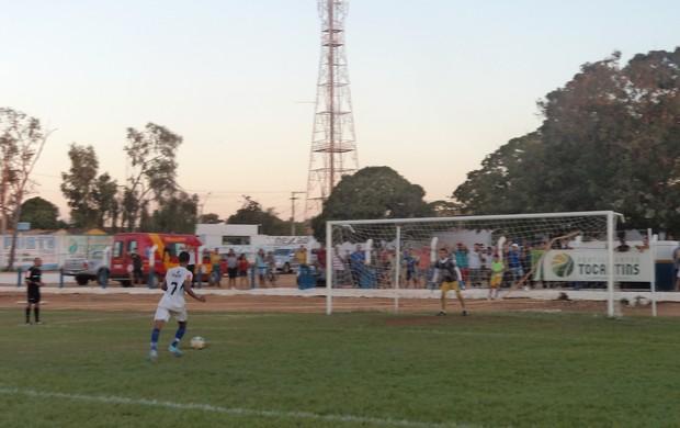 Cobrança de pênalti do jogo Marília x Interporto (Foto: Alexandre Alves/ TV Anhanguera)