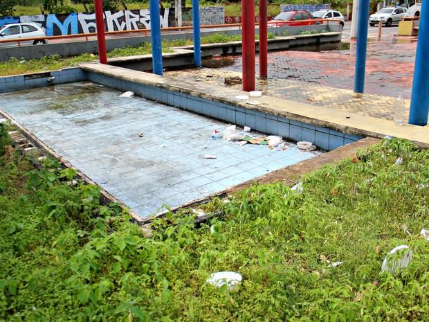 Acúmulo de lixo na praça é frequente (Foto: Adneison Severiano/G1 AM)