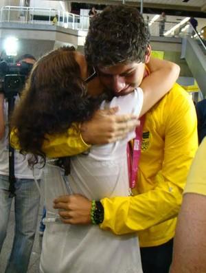 Marcus Vinícius recebe abraço da mãe no aeroporto (Foto: Divulgação/CBTARCO)