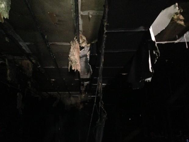 Há 106 feridos internados. Alvará estava vencido desde agosto, dizem bombeiros. (Foto: Giovani Grizotti/RBS TV)