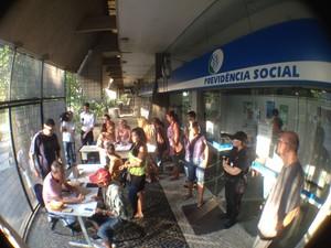 Funcionários atendem o público somente para remarcar consutlas no ISS de Santos (Foto: Luis Paes/TV Tribuna)