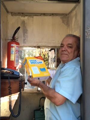 No intervalo dos empregos, porteiro tira tempo para estudar  (Foto: Cristiane Mendes/G1)
