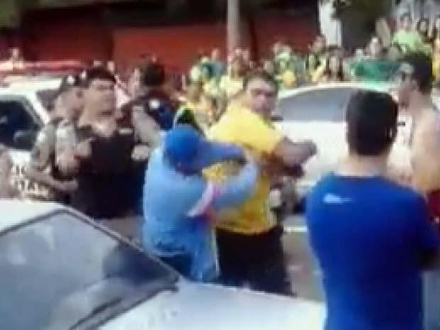 Prefeito de São Sebastião da Bela Vista é flagrado agredindo torcedor (Foto: Reprodução EPTV)
