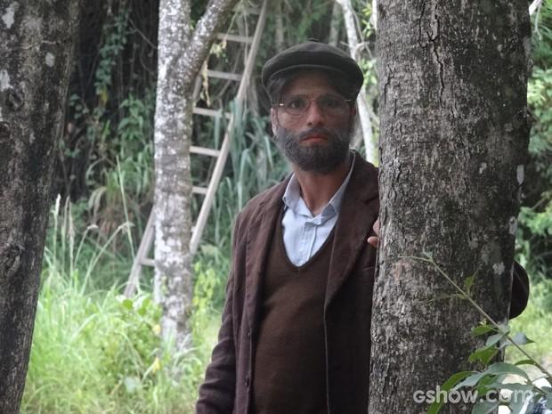 Franz observa casebre de longe, mas é visto pelo casal de velhinhos (Foto: Joia Rara/TV Globo)