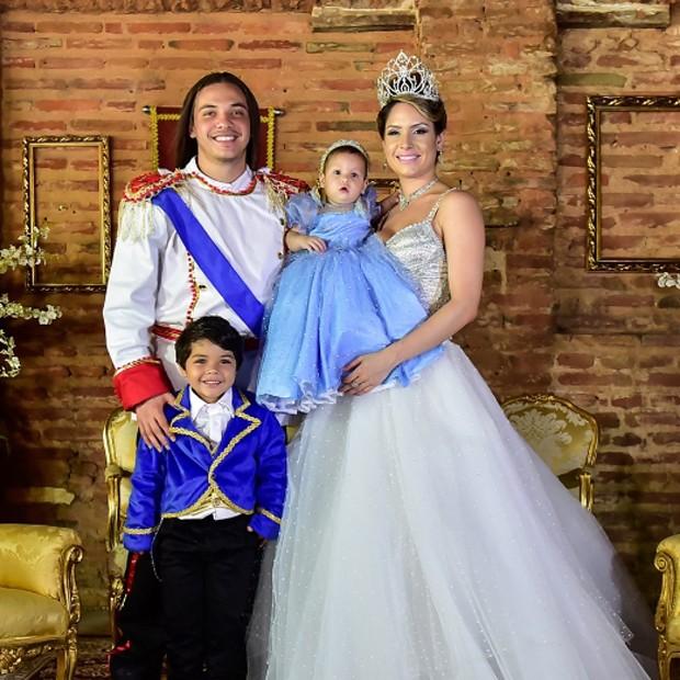 Wesley Safadão e a mulher, Thyane Dantas, com os filhos, Ysis e Yhudy (Foto: Reprodução/Instagram)