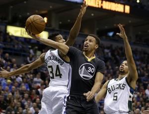 Curry não conseguiu evitar a primeira derrota dos Warriors (Foto: Getty Images)