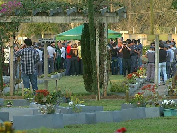 Enterro de família reuniu policiais e parentes em Rio Claro (Foto: Felipe Lazzarotto/ EPTV)