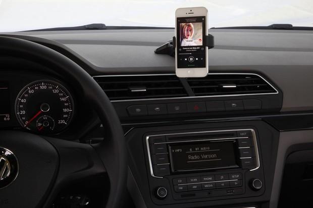 Dock para celular tem suporte prático e pode ser comprado como acessório  (Foto: Marcelo Spatafora/Autoesporte)