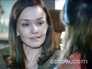 Helena escuta a irmã e se mostra aberta (Foto: Em Família/ TV Globo)