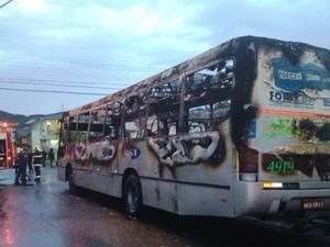 Ônibus ficou completamente destruído, em São José (Foto: Naim Campos/RBS TV)