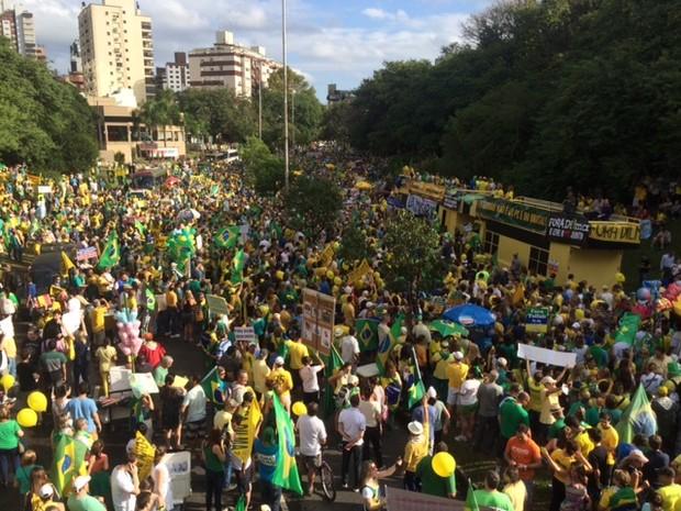 Tarde de domingo (12) é marcada por protestos em Porto Alegre (Foto: Fabio Almeida/RBS TV)