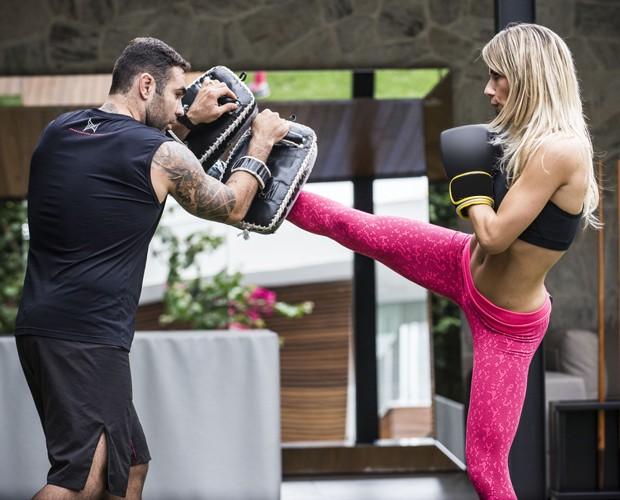 Atriz treina com o personal Chico Salgado (Foto: Raphael Dias/TV Globo)