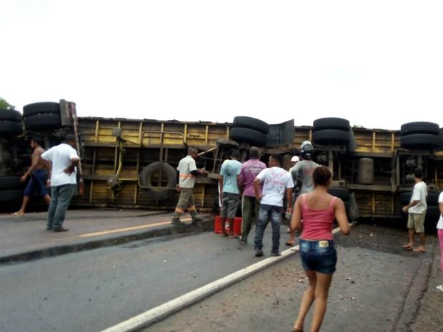 Carreta ficou atravessada na rodovia, em Presidente Tancredo Neves (Foto: Moisés de Jesus/PTN News)