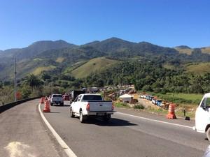 Queda de poste causa retenção da descida da serra de Petrópolis (Foto: Maria Valente/Intertv)