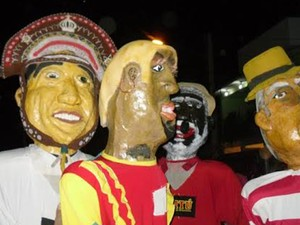 Bonecos gigantes abrilhantam a festa. (Foto: Domingos Souza/Arquivo pessoal)
