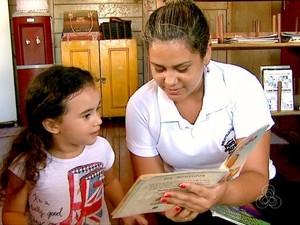 Agentes de leitura ajudam crianças com a contação de histórias  (Foto: Reprodução/TV Acre)
