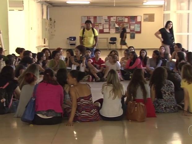 Professores e alunos da UFG se reuniram para discutir a questão das cotas raciais, em Goiânia, Goiás (Foto: Reprodução/TV Anhanguera)