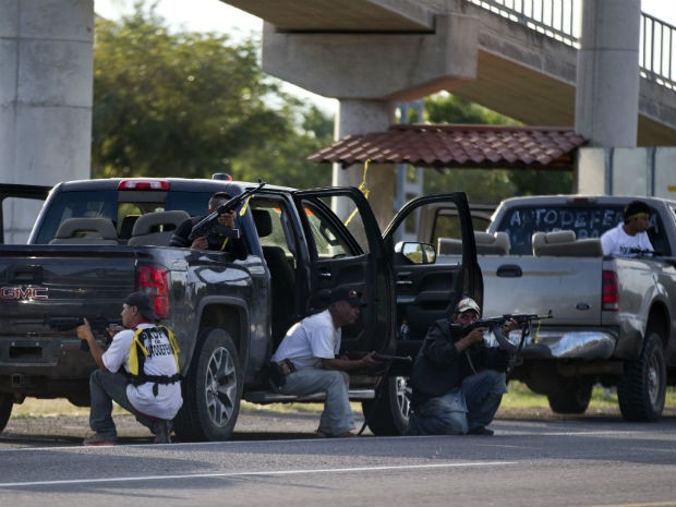 Membros de grupo civil de autodefesa fazem barricada em Las Yeguas, no estado de Michoacán, no México. (Foto: Eduardo Verdugo/AP)