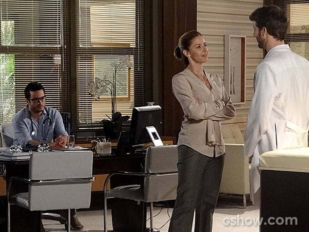 Felipe ouve a conversa de Silvia e Gabriel e fica chateado (Foto: Em Família/TV Globo)