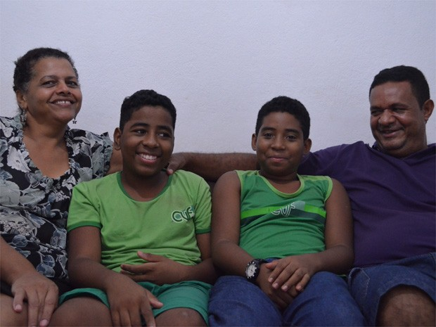 Sônia e Edivaldo (laterais) adotaram os irmãos Leandro e Alison após cinco anos de espera em Ribeirão Preto (Foto: Rodolfo Tiengo/ G1)