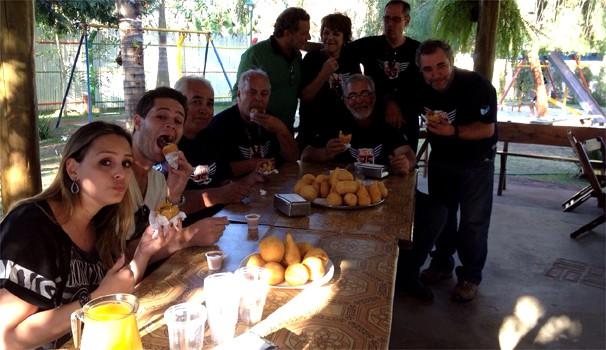 Equipe da 'Rota 35' com as famosas 'coxinhas douradas' em Bueno de Andrada, SP (Foto: Isabela Guida)