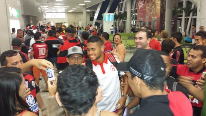 Kayke, desembarque do Flamengo em Natal (Foto: Fred Gomes)