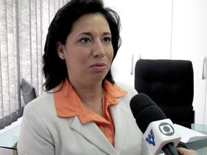 Maria Antonieta (PMDB), candidata à Prefeitura de Guarujá, SP, chega para o debate na sede da TV Tribuna (Foto: Matheus Misumoto/G1)