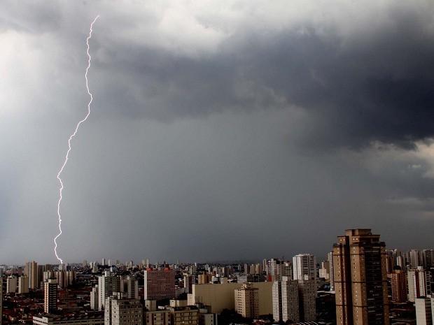 Nuvens carregadas e raios na tarde desta sexta-feira (8), na Zona Leste da cidade de São Paulo. (Foto: Evaldo Fortunato / G1)