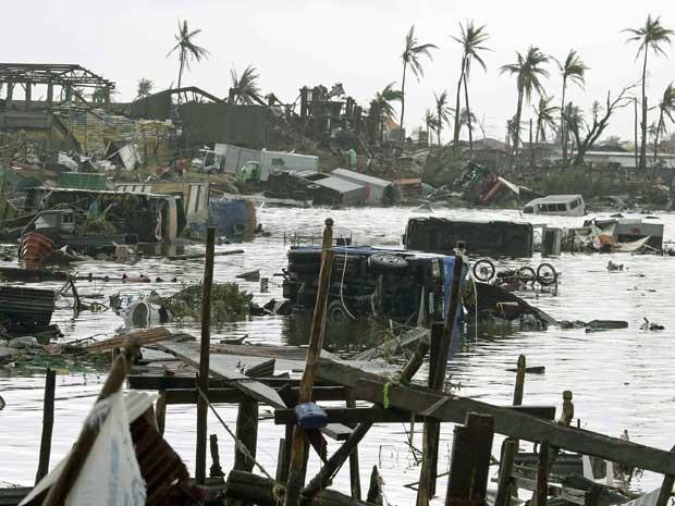 Região alagada nas Filipinas, após passagem de supertufão pelo país. (Foto: Bullit Marquez / AP Photo)