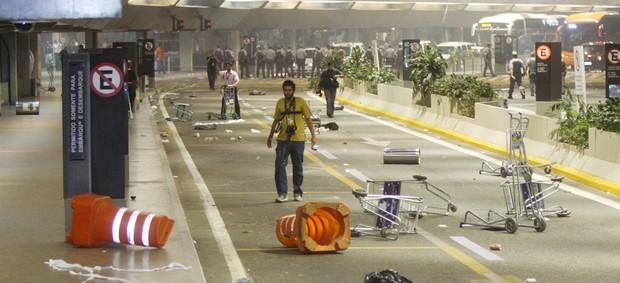 confusão corinthians aeroporto (Foto: Marcos Bezerra/Futura Press/Agência Estado)