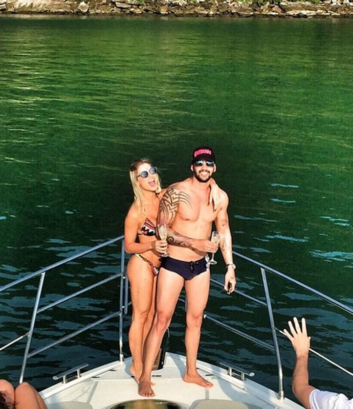 O ex-casal durante viagem recente. Nas redes sociais do cantor, esta é uma das últimas imagens postadas com a modelo (Foto: Arquivo pessoal)