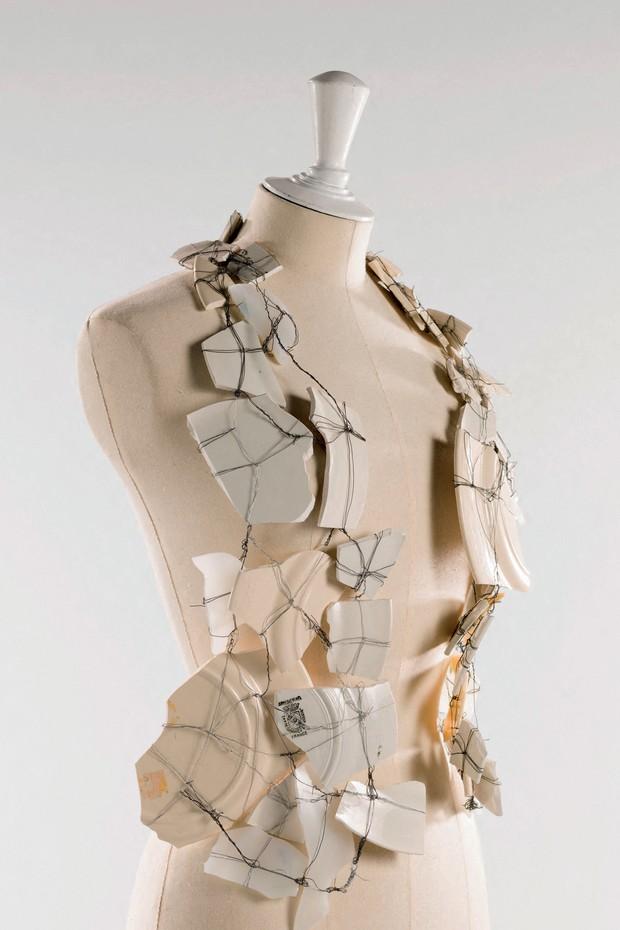 Um dos destaques da mostra em Paris: colete feito por Margiela, em 1989, com pedaços quebrados de porcelana (Foto: © Julien Vidal / Galliera / Roger-viollet)