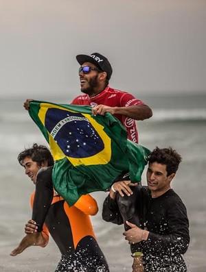 Jadson é carregado por amigos após conquista do WQS em Cascais, Portugal (Foto: Bruno G. Camargo)