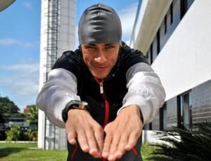 Neymar com a touca de Cesar Cielo (Foto: Reprodução / Twitter)