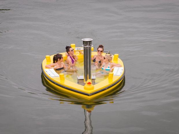 HotTug, a banheira-barco que navega pelo Rio Tâmisa (Foto: Divulgação/Runnymede on Thames)