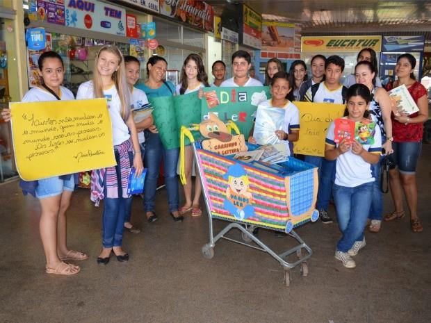 Alunos dizem que ação teve objetivo de incentivar leitura (Foto: Magda Oliveira/ G1)
