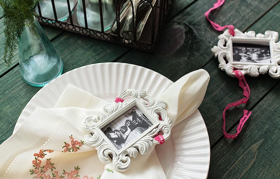 O miniporta-retrato (da Villa Pano) decora a mesa e já vira um mimo. Guardanapo Vestindo a Mesa, prato Villa Pano (Foto: Elisa Correa/Editora Globo)