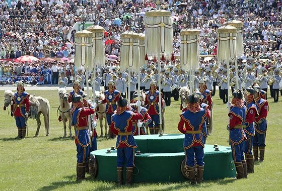 Os estandartes brancos são colocados no centro do gramado do Estádio Nacional, marcando o início das competições do Naadam  (Foto:  Haroldo Castro)