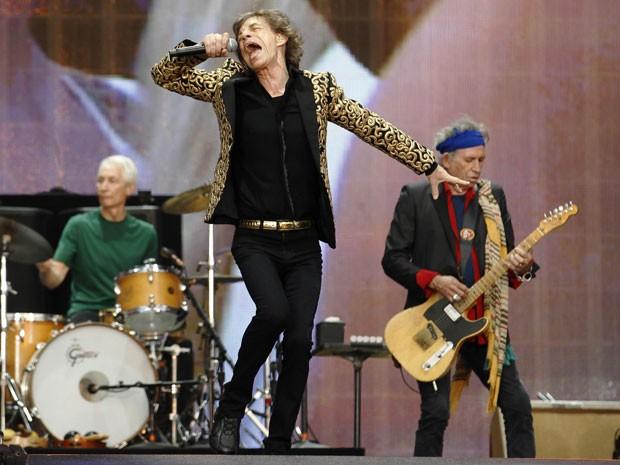 Mick Jagger durante show do Rolling Stones no Hyde Park, em Londres, no dia 6 de julho; ao fundo, Charlie Watts (à esquerda) e Keith Richards (à direita)  (Foto: Luke MacGregor/Reuters)