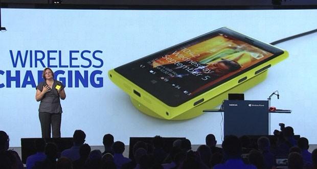 Jo Harlow, vice-presidente da Nokia, mostra o novo Lumia 920 (Foto: Reprodução)