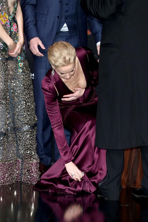 Jennifer Lawrence quase mostra demais em pré-estreia de Jogos Vorazes: A Esperança - Parte 2, em Berlim (Foto: Getty Imagem)