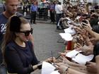 Fãs de Lady Gaga fazem protesto contra Madonna