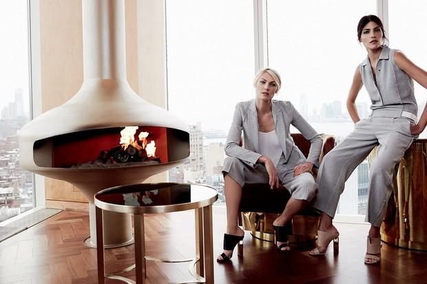 Entre os looks de alfaiataria perfeitos para working women contemporâneas, Shirley Mallmann veste terno (R$ 1.865 a calça); e Luciana Curtis usa macacão (R$ 4.485), ambos feitos de linho e combinados a sandálias de couro (R$ 2.320). Todas as peças são da  (Foto: Nyra Lang)
