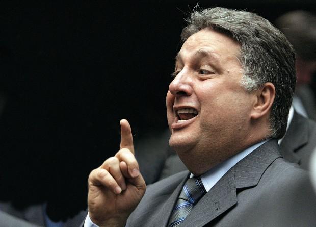 CRIATIVIDADE O deputado Anthony Garotinho. Em vez de laranjas, ele tem um fantasma (Foto: André Coelho/Ag. O Globo)