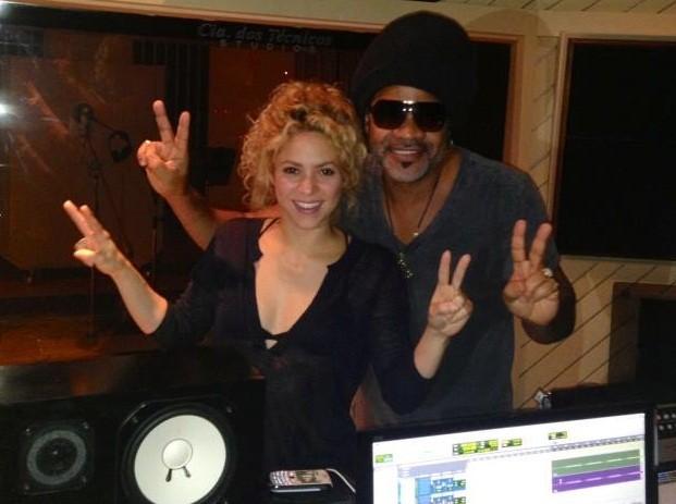 Carlinhos Brown e Shakira fazem homenagem ao The Voice (Foto: Reprodução)