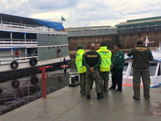 Ibama fiscalizou portos nesta quinta-feira (6), em Manaus (Foto: Rickardo Marques/G1 AM)