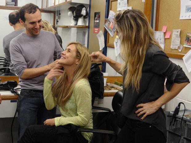 O cabeleireiro brinca com a atriz e a diretora no camarim (Foto: Avenida Brasil/TV Globo)