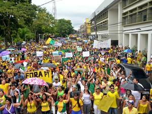 Milhares de acreanos protestaram neste domingo (15) contra o governdo de Dilma Rousseff. Foto mostra manifestantes em frente da prefeitura de Rio Branco (Ac) (Foto: Veriana Ribeiro/G1)